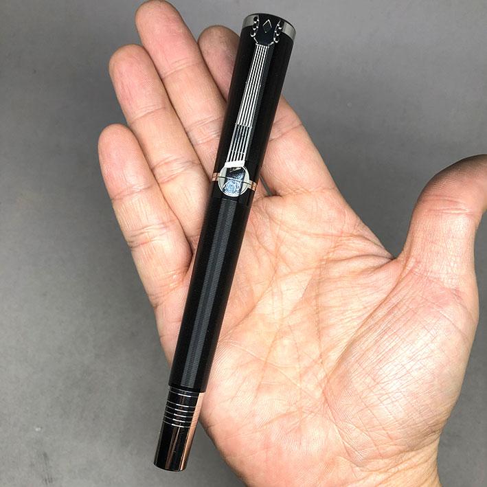MONTBLANC JOHN LENNON Spacial Edition Fountain Pen ปลายปากกาทอง 18k (750) ตัวด้ามอครีลิคดำกลึงลายเส้ 5