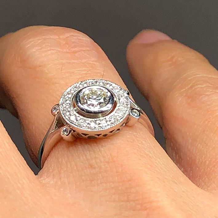 แหวนทองฝังเพชรแท้เม็ดหลัก 0.35 กะรัต เม็ดรองรวม 0.25 กะรัต ตัวเรือนทอง 18k White gold น้ำหนัก 2.97 ก