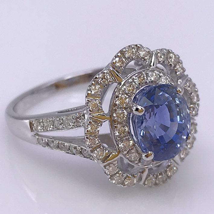 แหวนทองขาวฝังเพชรแท้ 60 เม็ด รวม 0.60 กะรัต ประดับพลอยไพลินซีลอนแท้ (พร้อมใบเซอร์) เจียรไนขนาด 4.58