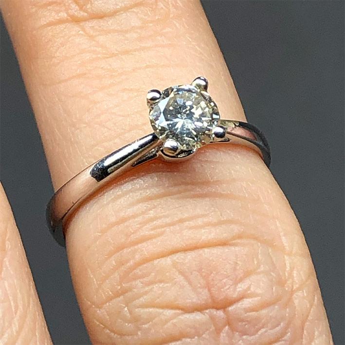 แหวนทองประดับเพชรแท้เม็ดหลักขนาด 0.50 กะรัต M color Faint Brown มาพร้อมใบเซอร์ GIA ตัวเรือน 18k Whit