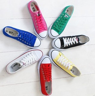 รองเท้าผ้าใบวัยรุ่นสีสันจี๊ดจ๊าด